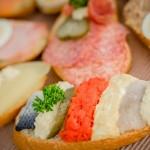 El parásito puede contraerse con el pescado crudo